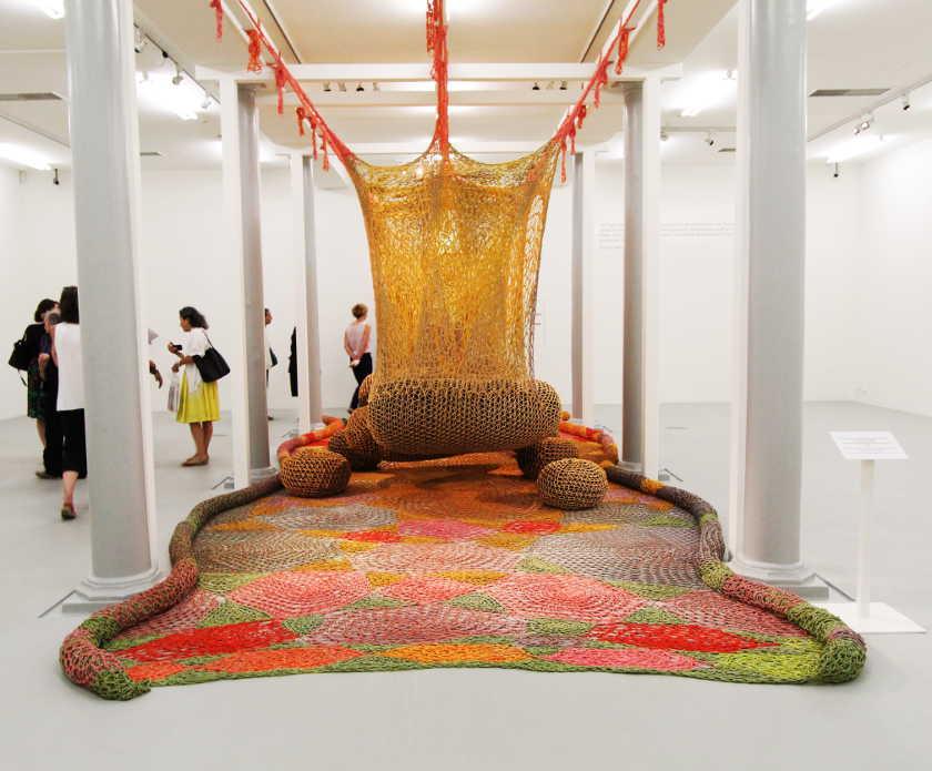 Ernesto Neto, em U-Ventre, 2012, Installationsfoto: Alexandra Matzner.