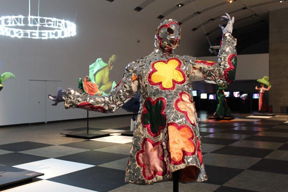 Bowery in Pose, Ausstellungsansicht: Kunsthalle Wien, Foto: Alexandra Matzner, Kostüme: Leigh Bowery, Kostümpräsentation: Klaus Mayr, Courtesy Estate of Leigh Bowery.