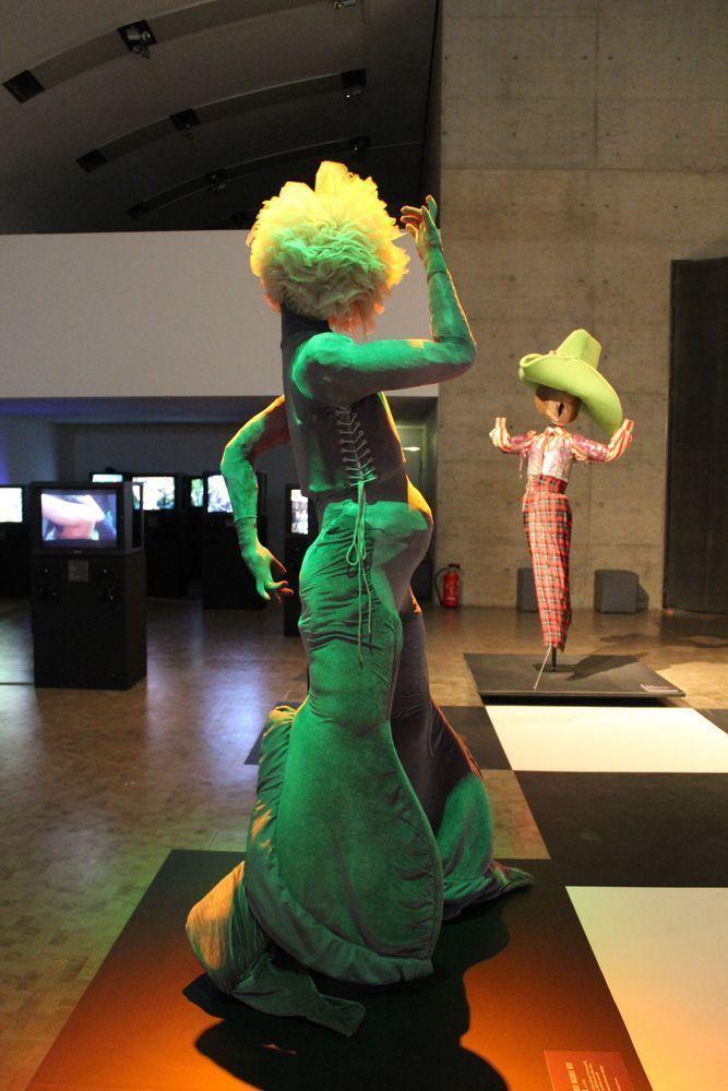 Leigh Bowery, grünes Kostüm, Ausstellungsansicht: Kunsthalle Wien, Foto: Alexandra Matzner, Kostüme: Leigh Bowery, Kostümpräsentation: Klaus Mayr, Courtesy Estate of Leigh Bowery.