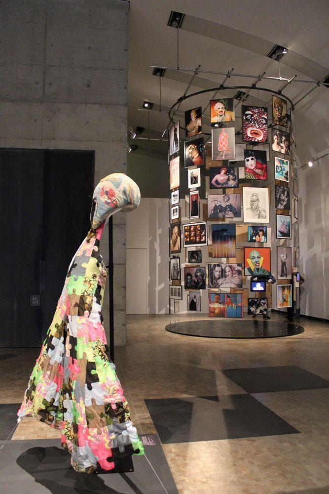 Bowery und Archiv, Ausstellungsansicht: Kunsthalle Wien, Foto: Alexandra Matzner, Kostüme: Leigh Bowery, Kostümpräsentation: Klaus Mayr, Courtesy Estate of Leigh Bowery.