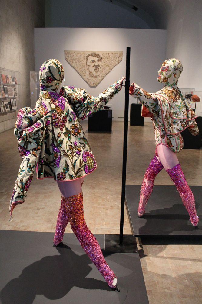 Tänzer und Cape, Ausstellungsansicht: Kunsthalle Wien, Foto: Alexandra Matzner, Kostüme: Leigh Bowery, Kostümpräsentation: Klaus Mayr, Courtesy Estate of Leigh Bowery.