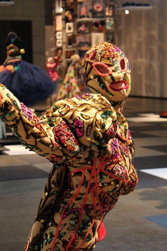 Tänzer, Ausstellungsansicht: Kunsthalle Wien, Foto: Alexandra Matzner, Kostüme: Leigh Bowery, Kostümpräsentation: Klaus Mayr, Courtesy Estate of Leigh Bowery.