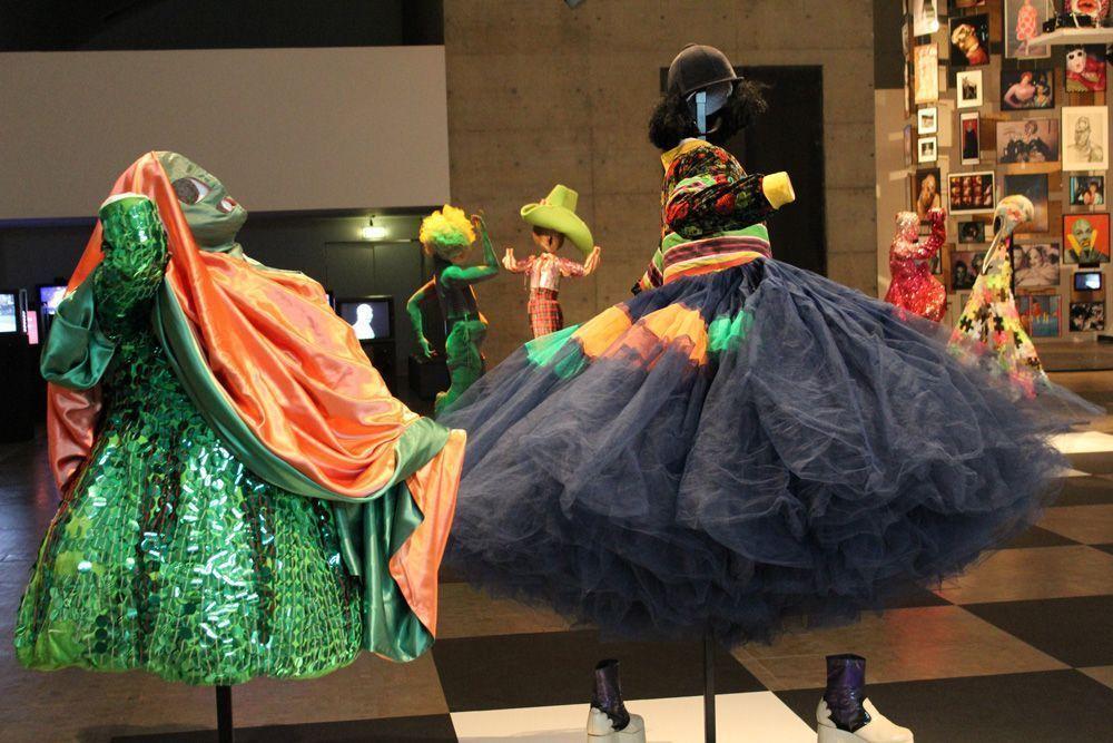Extravaganza, Ausstellungsansicht: Kunsthalle Wien, Foto: Alexandra Matzner, Kostüme: Leigh Bowery, Kostümpräsentation: Klaus Mayr, Courtesy Estate of Leigh Bowery.