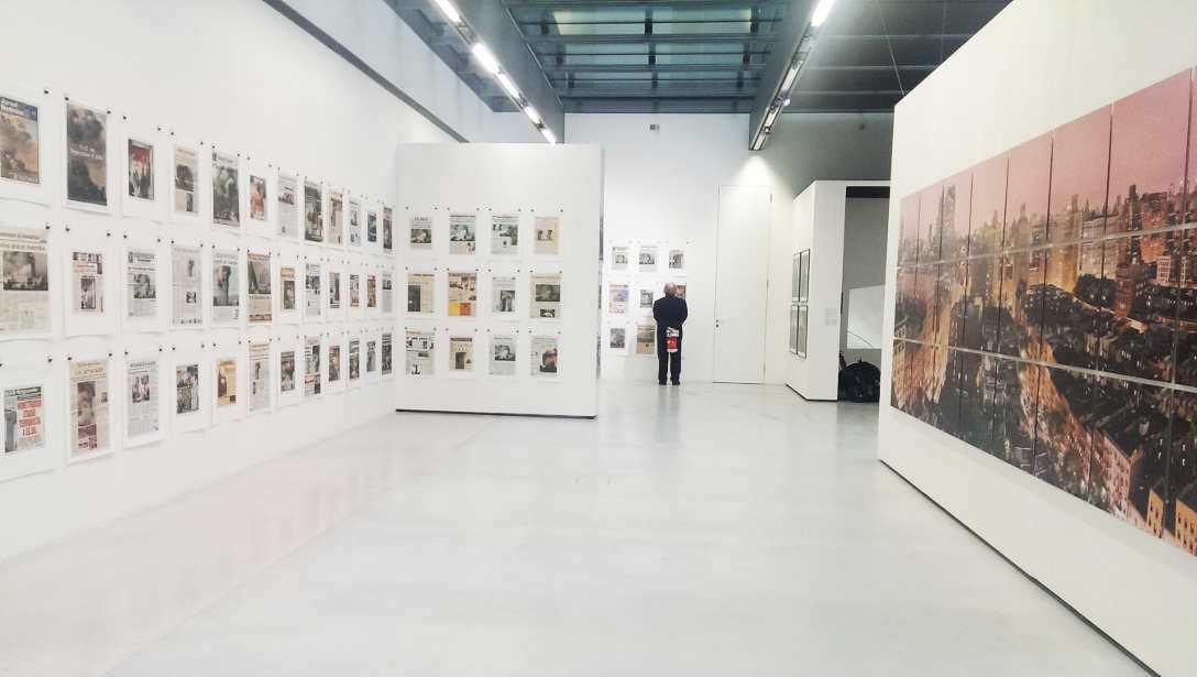 Hans-Peter Feldmann, 9/11, 2001 (links), Wolfgang Reichmann, NYC 2002_08_22/23, 2002, Ausstellungsansicht MUSA 2016, Foto: Alexandra Matzner.
