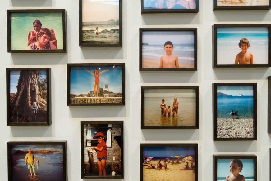 Fiona Tan, Vox Populi Sydney, 2006 (Detail) Foto Installation mit 301 einzeln gerahmten Farbfotografien, je 13 x 18 cm, gesamt: 230 x 850 cm, Courtesy the artist and Frith Street Gallery, London © Photo: Sydney Biennale.