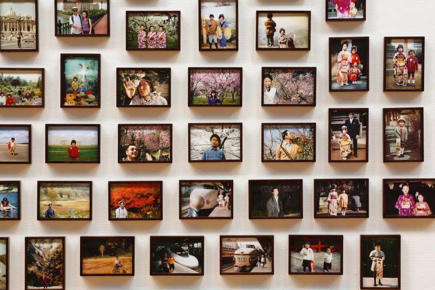 Fiona Tan, Vox Populi Tokyo, 2007 (Detail) Foto Installation mit 305 einzeln gerahmten Farbfotografien, je 13 x 18 cm, gesamt: 230 x 850 cm, Courtesy the artist, Frith Street Gallery, London and Wako Works of Art, Tokyo © Foto: Hiroshima Museum of Art