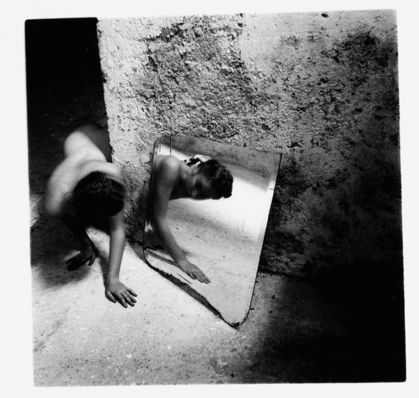Francesca Woodman, Self deceit #1, Rome, Italy 1978/1979 © Courtesy George and Betty Woodman, New York / SAMMLUNG VERBUND, Wien.