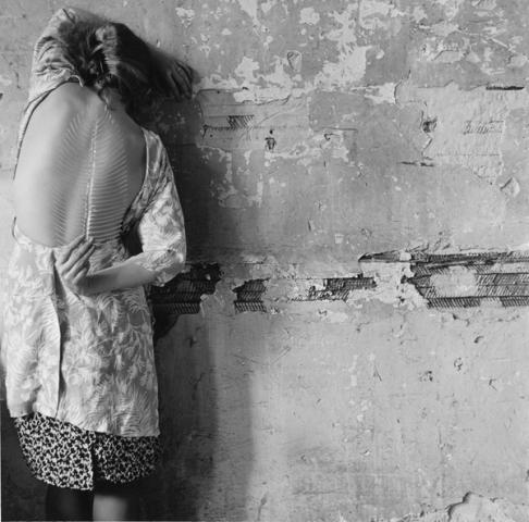 Francesca Woodman, Untitled, New York, 1979/2001, Schwarz-Weiß-Silbergelatineabzug auf Barytpapier, 14,7 × 14,8 cm / 25,3 × 20,2 cm © Courtesy George and Betty Woodman, New York / SAMMLUNG VERBUND, Wien.