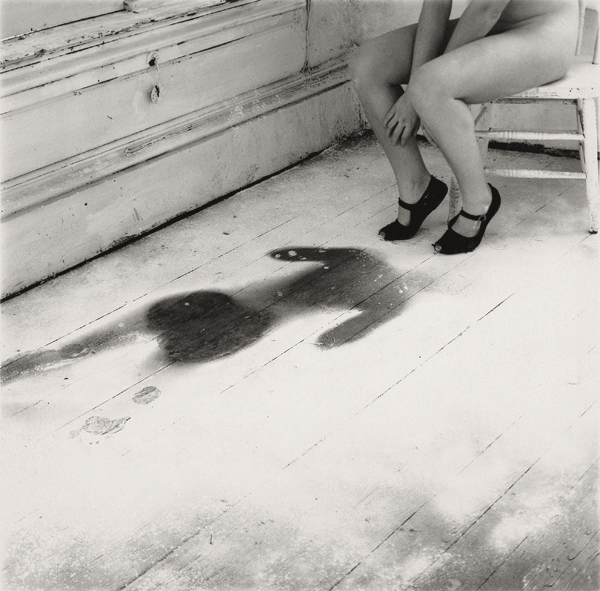 Francesca Woodman, Untitled, Providence, Rhode Island, 1976/1999, Schwarz-Weiß-Silbergelatineabzug auf Barytpapier, 14 × 14,4 cm / 25,2 × 20,2 cm © Courtesy George and Betty Woodman, New York / SAMMLUNG VERBUND, Wien.