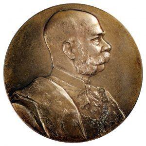 Anton Scharff, Medaille der Ersten Österreichischen Sparkasse auf das 50jährige Regierungsjubiläum Kaiser Franz Josephs I., 1898, Bronze, 21 x 11,5 x 10 x 8 cm, Belvedere, Wien, Foto: © Belvedere, Wien.