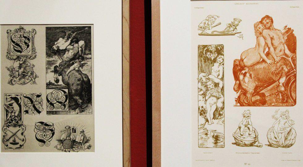 Franz von Stuck, Initiale V. Vergolder – Initiale W. Wein – Initiale X. Xylographie – Initiale Z. Zinkographie, aus: Allegorie und Embleme, Abtheilung II, Taf. 164, 1882–1884, Druck, 39 x 31 cm (Privatsammlung); Arpath Emil Schmidhammer, Humoristische Vignetten, 1896, aus: Allegorien – Neue Folge, Wien 1896, Taf. 119 (Archiv des Belvedere, Wien), Installationsfoto: Alexandra Matzner.