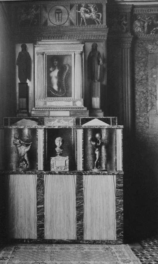 Franz Stuck, Villa Stuck, Altar der Sünde im alten Atelier, um 1903, Fotografie von Edgar Hanfstaengl, 23,1 x 14,3 cm (Privatbesitz)