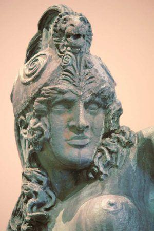 Franz von Stuck, Amazone, Kopf, 1913/14, Bronze, 215 x 260 x 62 cm (Privatsammlung), Installationsfoto: Alexandra Matzner.