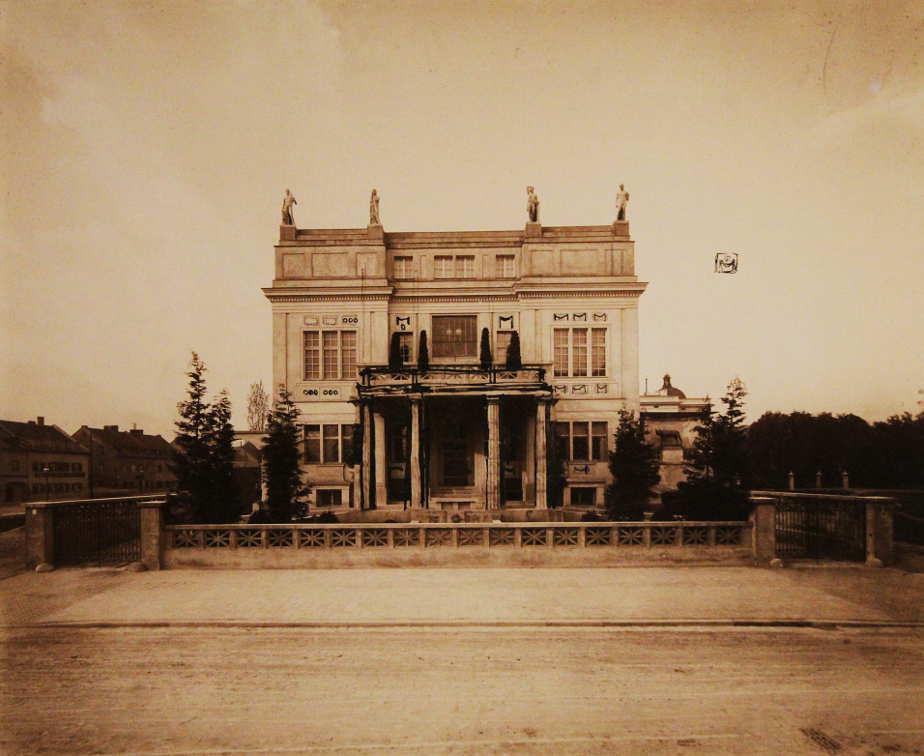 Franz Stuck, Villa Stuck, Fassade, Foto von Edgar Hanfstaengl, Installationsaufnaheme: Alexandra Matzner.