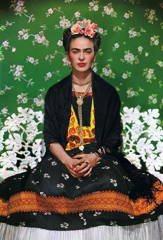 Frida auf einer weißen Bank, Nickolas Murays Studio, New York 1939, Inkjet (autorisierte Reproduktion) Collection of Nickolas Muray Photo Archives, Foto: © Nickolas Muray Photo Archives, Werk: © Nickolas Muray Photo Archives.