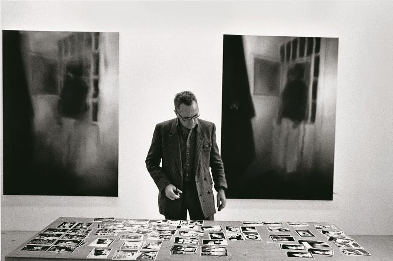 Gerhard Richter während der Arbeit am Zyklus 18. Oktober 1977, 1988 © Photo Timm Rautert .