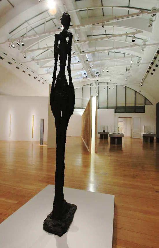 Alberto Giacometti, Femme debout IV [Stehende Frau IV], 1960 und Bruce Nauman, Corridor with Mirror and White Lights, 1971 (Tate: Purchased 1973 Exhibition copy), Ausstellungsansicht Schirn 2016, Foto: Alexandra Matzner.