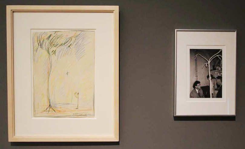 Alberto Giacometti, Homme et arbre [Mann und Baum], 1952, Farbstift auf Papier, 35 × 25 cm (Sammlung Klewan) und Fotografie: Alberto Giacometti mit Samuel Beckett, Ausstellungsansicht Schirn 2016, Foto: Alexandra Matzner.