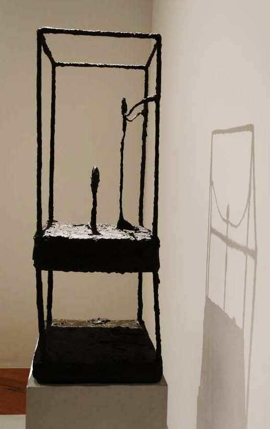 Alberto Giacometti, La cage (première version) [Der Käfig (erste Version)], 1950, Bronze, 91 × 36,5 × 34 cm (Fondation Beyeler, Riehen), Ausstellungsansicht Schirn 2016, Foto: Alexandra Matzner.