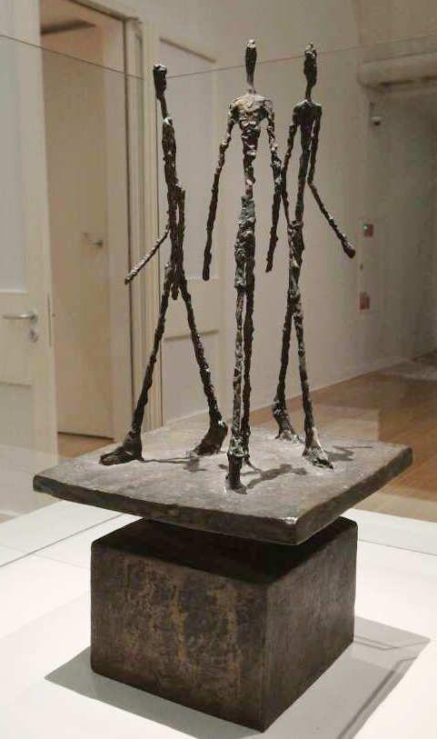 Alberto Giacometti, Groupe de trois hommes I [Gruppe mit drei Männern I], 1943/49 (Fondation Marguerite et Aimé Maeght, Saint-Paul de Vence), Ausstellungsansicht Schirn 2016, Foto: Alexandra Matzner.