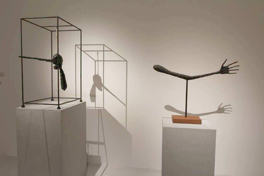 Alberto Giacometti, La main [Die Hand], 1947 (Esther Grether Familiensammlung) und Alberto Giacometti, Le nez [Die Nase], 1947 (Solomon R. Guggenheim Museum, New York), Ausstellungsansicht Schirn 2016, Foto: Alexandra Matzner.