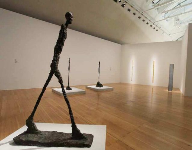 Alberto Giacometti, Homme qui marche [Schreitender Mann], 1960, Bronze, 190 × 112,5 × 28 cm (Louisiana Museum of Modern Art, Humlebæk, Donation: The New Carlsberg Foundation), Ausstellungsansicht Schirn 2016, Foto: Alexandra Matzner.