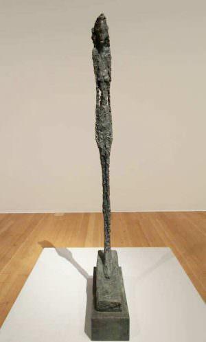 Alberto Giacometti, Grande figurine (Femme Léonie) [Große Figurine (Frau Léonie)], 1947, Bronze 167 × 19,5 × 41 cm (Fondation Marguerite et Aimé Maeght, Saint-Paul de Vence), Ausstellungsansicht Schirn 2016, Foto: Alexandra Matzner.