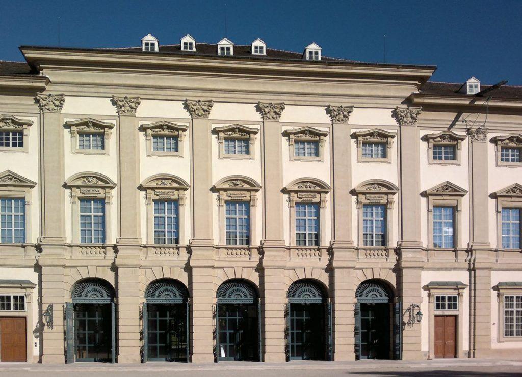 Gartenpalais Liechtenstein, Masken von Giovanni Giuliani.