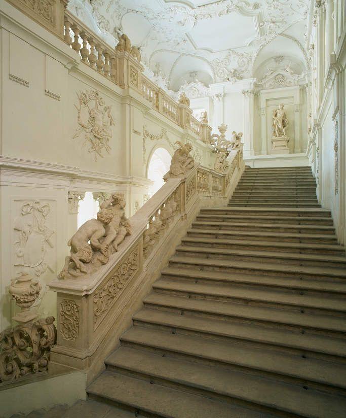 Stadtpalais Liechtenstein, Treppenhaus, Figuren von Giovanni Giuliani.