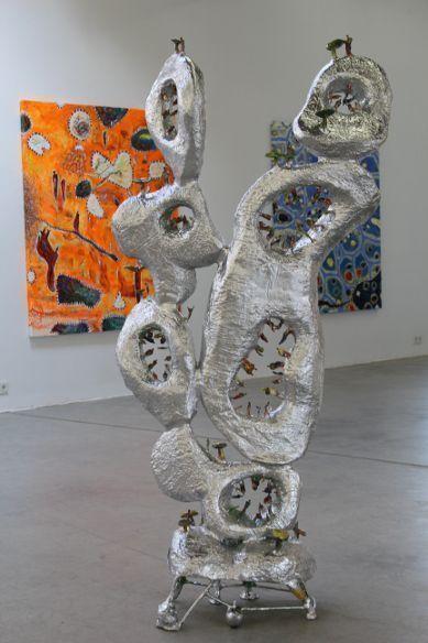 Gunter Damisch, Kohlstangengeflechtturm, Detail, 2013, Aluminium, 320 x 125 x 110 cm vor Leuchttorngeweltfeld, 2013, Öl auf Leinwand, 180 x 160 cm, Foto: Alexandra Matzner.