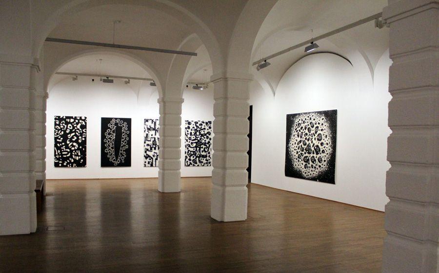 """Gunter Damisch, Installationsansicht mit der Holzschnitt-Edition (2009-2013) und einem Unikatdruck von Gunter Damisch """"MACRO. MICRO"""", Albertina 2013, Foto: Alexandra Matzner."""