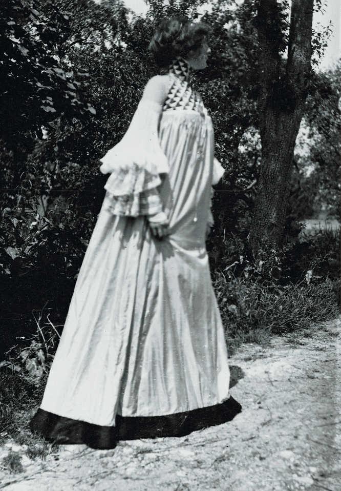"""Emilie Flöge in einem """"Garten-Kleid"""" in Litzlberg am Attersee, fotografiert von Gustav Klimt, 1906, reproduziert in: Deutsche Kunst und Dekoration, Darmstadt 1906/07 © Klimt-Foundation, Wien"""