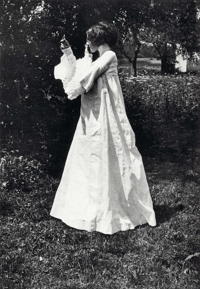 """Emilie Flöge in einem """"Gesellschafts-Kleid"""" in Litzlberg am Attersee, fotografiert von Gustav Klimt, 1906 © Privatbesitz, Foto: IMAGNO Austrian Archives"""
