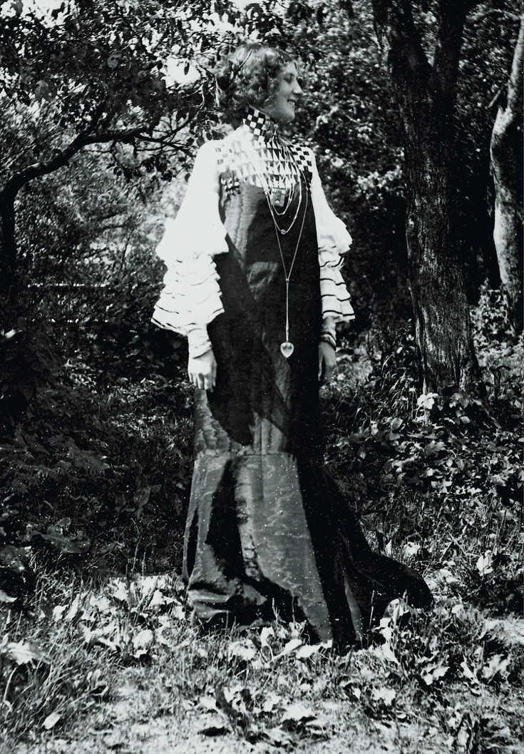 """Emilie Flöge in einem """"Konzert-Kleid"""" in Litzlberg am Attersee, fotografiert von Gustav Klimt, 1906, reproduziert in: Deutsche Kunst und Dekoration, Darmstadt 1906/07 © Klimt-Foundation, Wien"""
