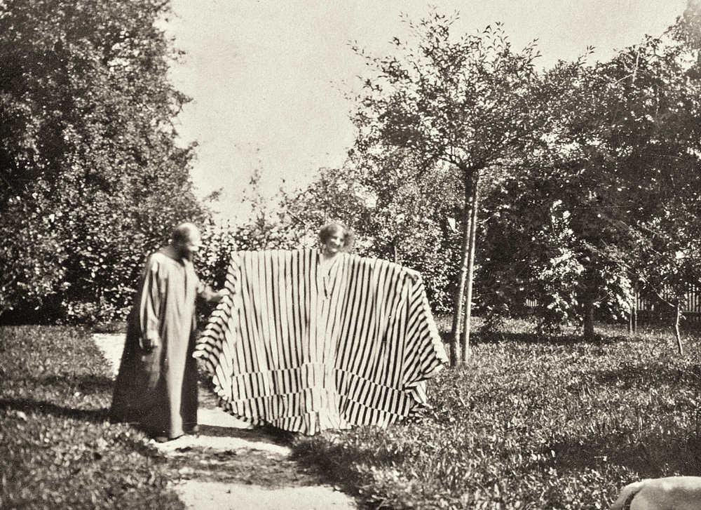 Gustav Klimt im Malerkittel und Emilie Flöge im Fledermauskleid im Garten der Villa Oleander in Kammer am Attersee, 1908 © Privatbesitz