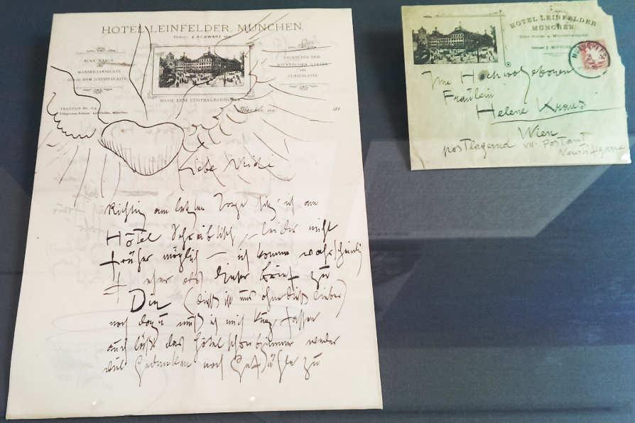 """Brief von Gustav Klimt in München an """"Helene Kraus"""" (= Emilie Flöge), 3.6.1897 (Poststempel), Ausstellung im Gustav Klimt Zentrum am Attersee 2016: Gustav Klimt – Emilie Flöge, Foto: Alexandra Matzner."""