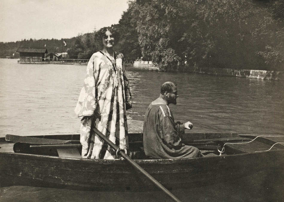 Gustav Klimt und Emilie Flöge im Ruderboot vor der Villa Paulick in Seewalchen am Attersee, fotografiert von Emma Bacher, 1909 © Privatbesitz