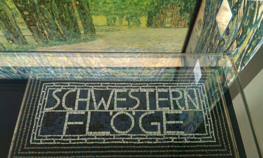 """Geschäftsschild für den Salon """"Schwestern Flöge"""", Ausstellung im Gustav Klimt Zentrum am Attersee 2016: Gustav Klimt – Emilie Flöge, Installationsansicht: Alexandra Matzner."""