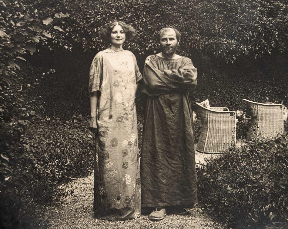 Gustav Klimt im Malerkittel und Emilie Flöge im Reformkleid im Garten der Villa Oleander in Kammer am Attersee, 1910 © Privatbesitz