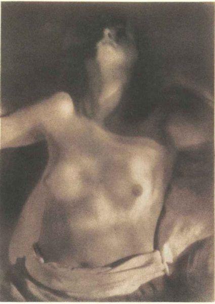 Heinrich Kühn, Frauentorso im Sonnenlicht, um 1920, Bromölumdruck, Museum of Fine Arts, Houston / Geschenk von Manfred Heiting. Die Manfred Heiting Sammlung © Estate Heinrich Kühn.