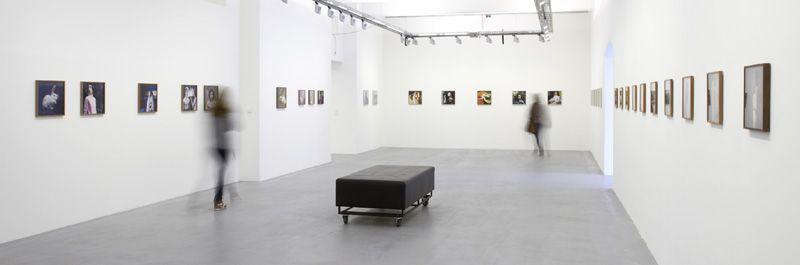 """Installationsansicht """"Hellen van Meene. Portraits"""" in der Galerie OstLicht, 13.4.-9.6.2013, Wien, Fotos: Michael Kollmann / Galerie OstLicht."""