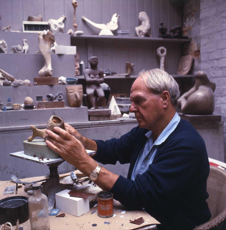 Henry Moore (1898-1986) in seinem Atelier Maquette studio (Atelier für Modelle und Entwürfe), Anfang der 1960er Jahre, Foto Errol Jackson © Henry Moore Foundation