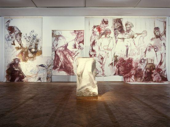 Ausstellungsansicht Künstlerhaus Bühnenbild aus Faust II, Schlachtenprospekt, 1982, Bühnen der Stadt Bonn und Skizzenblock mit Knien (Nepomuk), 1980, Marmor, 165 x 90 x 130 cm; Foto: © Markus Krottendorfer.