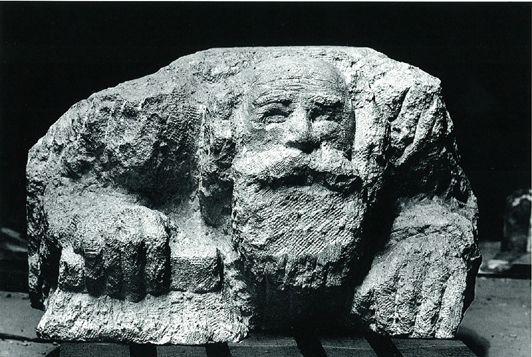 Alfred Hrdlicka, Studie zum straßenwaschenden Juden, 1984, Sandstein, 58 x 98 x 96 cm; Foto: © Johann Klinger.