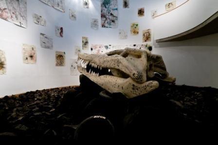Installationsansicht >Fat Ducks< Hubert Scheibl kit Krokodilschädel, Sammlung Essl © Farid Sabha, Wien.