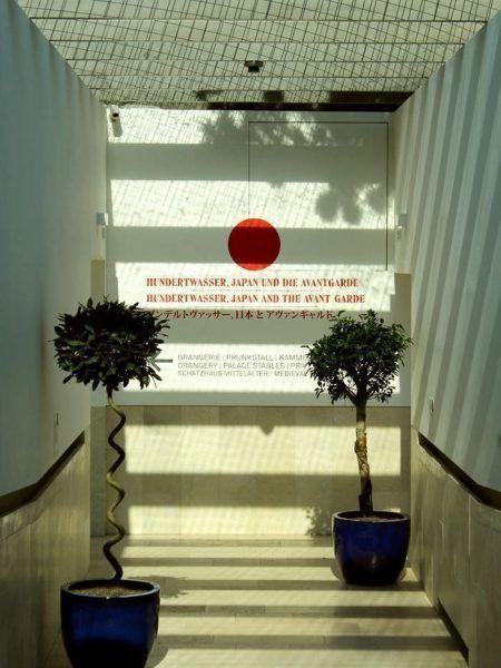 """Ausstellungsansicht """"Hundertwasser, Japan und die Avantgarde"""" (Eingang), Belvedere, Orangerie, 6.3.-30.6.2013, Foto: Alexandra Matzner."""