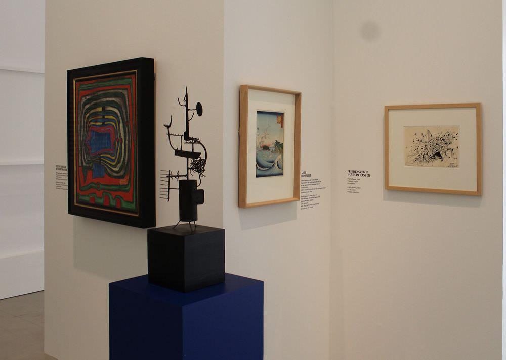 """Ausstellungsansicht """"Hundertwasser, Japan und die Avantgarde"""" mit einer Skulptur von Shinkichi Tajiri, Belvedere, Orangerie, 6.3.-30.6.2013, Foto: Alexandra Matzner."""