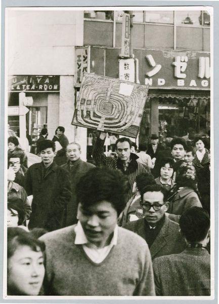 Friedensreich Hundertwasser mit dem Bild 466 Die erste Japan Spirale, 1961, Foto: Keisuke Kojima