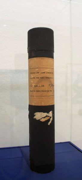 """Piero Manzoni, Linea m 15,81, September 1959, Milano Archivio Opera Piero Manzoni, Ausstellungsansicht """"Hundertwasser, Japan und die Avantgarde"""", Belvedere, Orangerie, 6.3.-30.6.2013, Foto: Alexandra Matzner."""