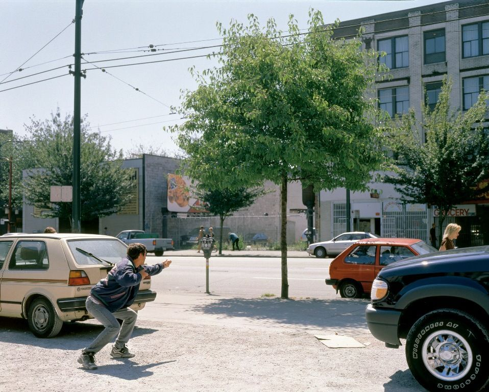 Jeff Wall, Man with a Rifle, 2000, Großbilddiapositiv im Dialeuchtkasten, 226 x 289 cm © Jeff Wall.